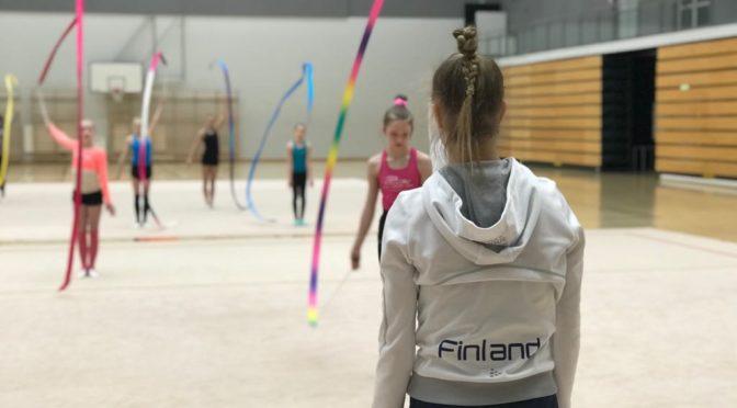 Elise – Vantaan voimistelijoiden kausi huipentui Jouki Tikkasen kahden päivän vierailuun